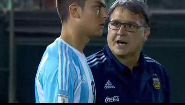 SEGUNDOS ANTES. Martino le da indicaciones previo a su debut con la Selección.