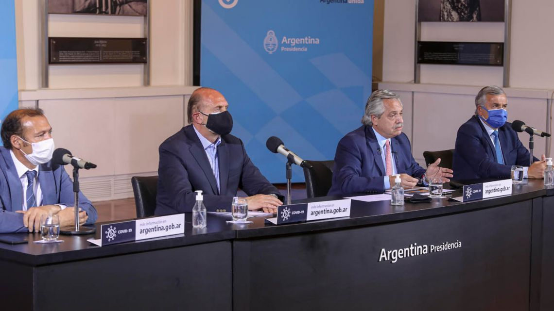 President Alberto Fernandez, flanked by provincial governors Gerardo Morales (Jujuy), Omar Perotti (Santa Fe) and Omar Gutiérrez (Neuquén), announces the new rules.
