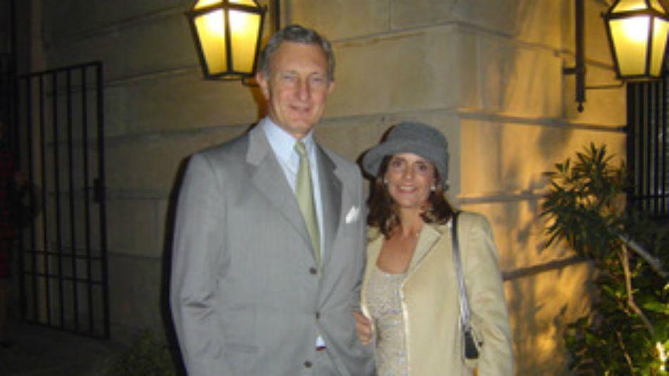 Jorge Neuss y su esposa, en fotos de archivos de las épocas de negocios con el menemismo.