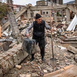 El oficial de policía retirado Genadiy Avanesyan, de 73 años, busca pertenencias en los restos de su casa, que se dice fue destruida por los bombardeos azeríes, en la ciudad de Stepanakert. - Amenia y Azerbaiyán intercambiaron acusaciones de nuevos en violación de un acuerdo de alto el fuego para detener casi dos semanas de feroces combates en la disputada región de Nagorno-Karabaj. | Foto:Aris Messinis / AFP