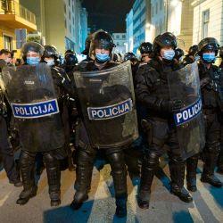 Agentes de la policía antidisturbios durante una protesta contra el gobierno en Ljubljana, Eslovenia. | Foto:Jure Makovec / AFP