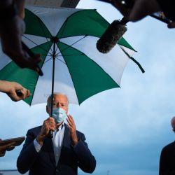 El candidato presidencial demócrata y ex vicepresidente Joe Biden habla con la prensa en el Aeropuerto Internacional Erie en Erie, Pensilvania, antes de regresar a Delaware. | Foto:ROBERTO SCHMIDT / AFP