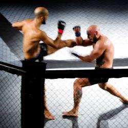 El luchador francés Pierre Rouvere lucha contra el luchador armenio Ben Zakar durante la primera pelea oficial de Artes Marciales Mixtas en Francia, en Vitry-sur-Seine, cerca de París. | Foto:GEOFFROY VAN DER HASSELT / AFP