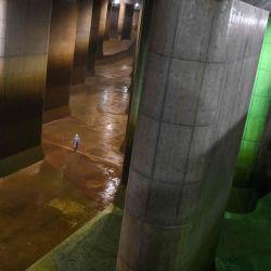 Un empleado camina en el tanque de agua del canal de descarga subterráneo exterior metropolitano en Kasukabe, prefectura de Saitama. - Se le ha llamado el  | Foto:Charly Triballeau / AFP