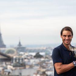 El español Rafael Nadal sostiene la Copa Mousquetaires después de ganar los singles masculinos del torneo de tenis Abierto de Francia Roland Garros 2020, en París. | Foto:Martin Bureau / AFP