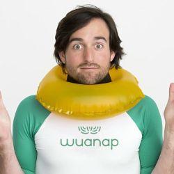 Al inflarse de esta manera, la cabeza del usuario se eleva a la superficie, colocando sus vías respiratorias fuera del agua y facilitando así que la persona recobre el sentido.