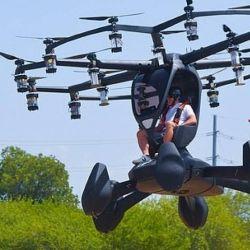 El Hexa pesa 200 kilos y está equipado con 18 hélices que le permiten viajar a una velocidad máxima de 100 kilómetros por hora.