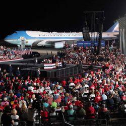 El presidente de los Estados Unidos, Donald Trump, realiza una manifestación Make America Great Again mientras hace campaña en el Aeropuerto Internacional Orlando Sanford en Sanford, Florida. | Foto:Saul Loeb / AFP
