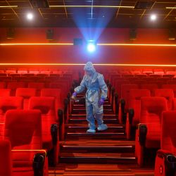 Un trabajador se recupera dentro de una sala de teatro antes de la reapertura programada de las salas de cine el 15 de octubre cuando el cierre impuesto por el coronavirus Covid-19 se suaviza aún más en Mumbai. | Foto:Indranil Mukherjee / AFP