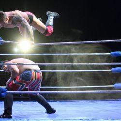 El luchador profesional Colt Miles (arriba) pelea contra su oponente Dynamo H-block en una pelea durante una noche de entretenimiento de lucha libre presentada por el promotor 'Megaslam Wrestling' en una carpa de circo en Sheffield, norte de Inglaterra. | Foto:Oli Scarff / AFP