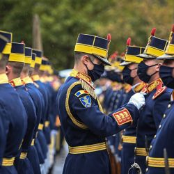 Un miembro del regimiento de la guardia ajusta el uniforme de su compañero durante una ceremonia en el Día Nacional de Conmemoración del Holocausto de Rumania en el monumento a sus víctimas en Bucarest. | Foto:DANIEL MIHAILESCU / AFP