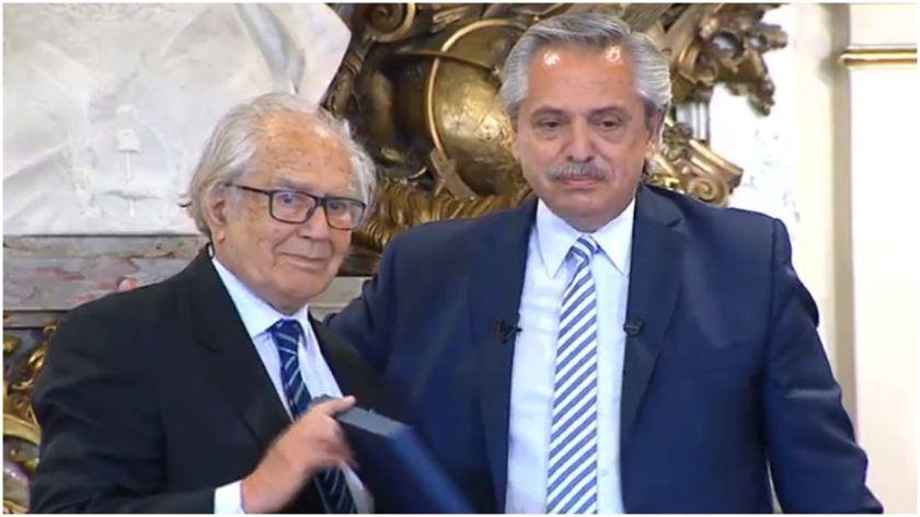 El presidente Alberto Fernández junto al ganador del Premio Nobel de la Paz en 1980 Adolfo Pérez Esquivel