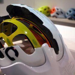 Al momento de un impacto, esto permite que el casco se mueva unos centímetros y transforme la energía frontal del impacto en energía rotatoria.
