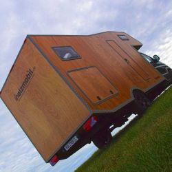 La Holzmobil tiene un peso de 3.700 kilos y está construida sobre un chasis de furgoneta MAN TGE 4.180 4x4.