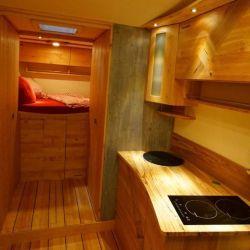 Cuenta con varias comodidades: mesa de comedor extensible, cuatro sillas de capitán giratorias, un baño, una heladera de 50 litros y una cocina de inducción de dos fuegos.