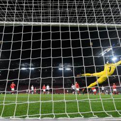 El portero suizo Yann Sommer se lanza por los aires mientras el mediocampista alemán Toni Kroos dispara un tiro libre durante el partido de fútbol de la UEFA Nations League Alemania contra Suiza en Colonia, Alemania Occidental. | Foto:Ina Fassbender / AFP