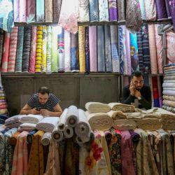 Los comerciantes esperan a los clientes en una tienda del Gran Bazar en la capital iraní, Teherán. | Foto:Atta Kenare / AFP