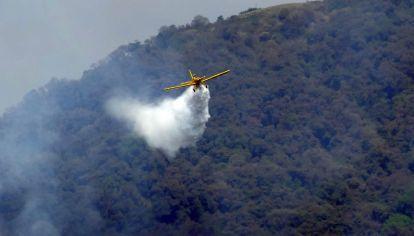 Aviones combatiendo el fuego en el cerro San Javier, Tucumán
