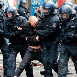 La policía arresta a un manifestante durante el desalojo de ocupantes ilegales por parte de la policía del edificio ocupado en Liebig Street 34 en el barrio de Friedrichshain, en Berlín oriental.   Foto:Odd Andersen / AFP