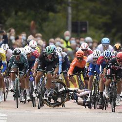 El ciclista noruego August Jensen reacciona a las caídas mientras compite en el sprint final durante la 108h edición de la carrera ciclista de un día    Foto:Jasper Jacobs / Belga / AFP