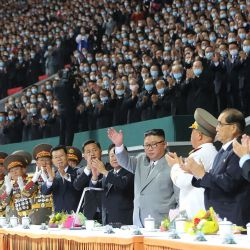El líder norcoreano Kim Jong Un saludando durante las celebraciones por el 75 aniversario del Partido de los Trabajadores de Corea. en el May Day Stadium en Pyongyang.    Foto:KCNA VIA KNS / AFP