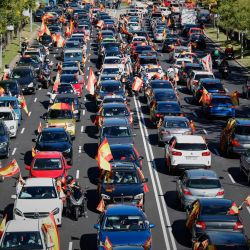 España, Madrid: Los manifestantes ondean banderas españolas desde el interior de sus vehículos durante una manifestación en autocine contra el gobierno, celebrada por la parte Vox en el día nacional español.   Foto:Jesús Hellín / EUROPA PRESS / DPA