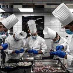 Chefs y cocineros preparan ancas de rana en el restaurante de Paul Bocuse    Foto:Jeff Pachoud / AFP