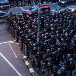 Los automovilistas pasan frente a la policía antidisturbios en Bangkok, después de que Tailandia emitió un decreto de emergencia luego de una manifestación antigubernamental el día anterior.   Foto:STR / AFP