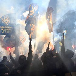 Los activistas de los movimientos nacionalistas encienden bengalas y gritan consignas antirrusas durante una manifestación frente a las oficinas del presidente Volodymyr Zelensky en Kiev, un día considerado simbólico para los nacionalistas ucranianos y también el Día del Defensor de Ucrania.   Foto:Sergei Supinsky / AFP