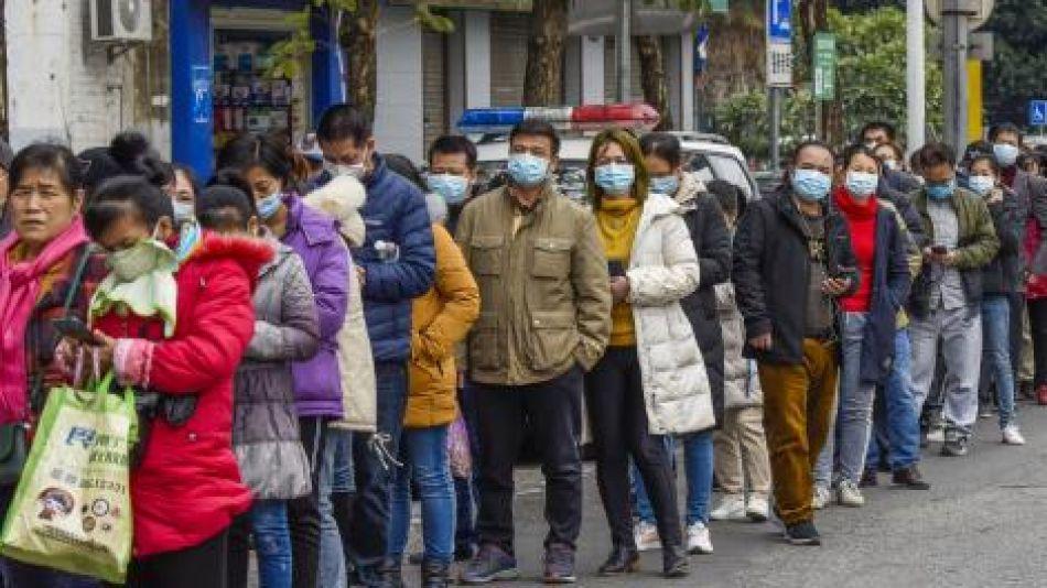 personas en china haciendo cola