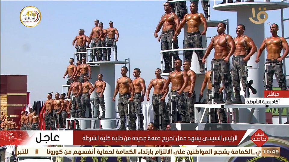 Desfile de policías recién graduados en Egipto.
