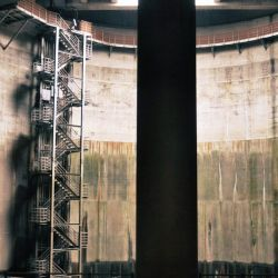 La curiosa catedral está construida a 22 metros de profundidad y forma parte de un complejo sistema de túneles y cámaras cilíndricas elevadas.