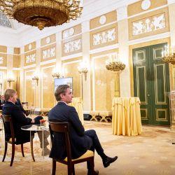 La reina holandesa Máxima habla mientras recibe a un pequeño grupo involucrado en el pacto Hacia una Holanda libre de deudas en el Palacio Noordeinde en La Haya. | Foto:Patrick van Katwijk / ANP / AFP