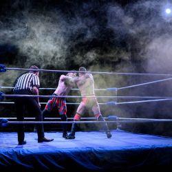 El luchador profesional Colt Miles pelea con su oponente Dynamo H-block en una pelea durante una noche de entretenimiento de lucha libre presentada por el promotor 'Megaslam Wrestling' en una carpa de circo en Sheffield, norte de Inglaterra. | Foto:Oli Scarff / AFP