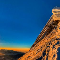Un equipo de escaladores, incluido un príncipe de Bahréin, llegó a la cima de la octava montaña más alta del mundo, Manaslu, después de recibir permiso a pesar de la prohibición del coronavirus de Nepal sobre las llegadas de turistas. | Foto:Seven Summit Treks / AFP