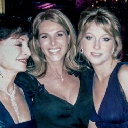 Junto a su abuela, la princesa Isabel de Yugoslavia, y su madre, la actriz de Dinastía, Catherine Oxenberg.