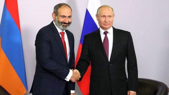 Putin con el primer ministro armenio, Nikol Pashinián.