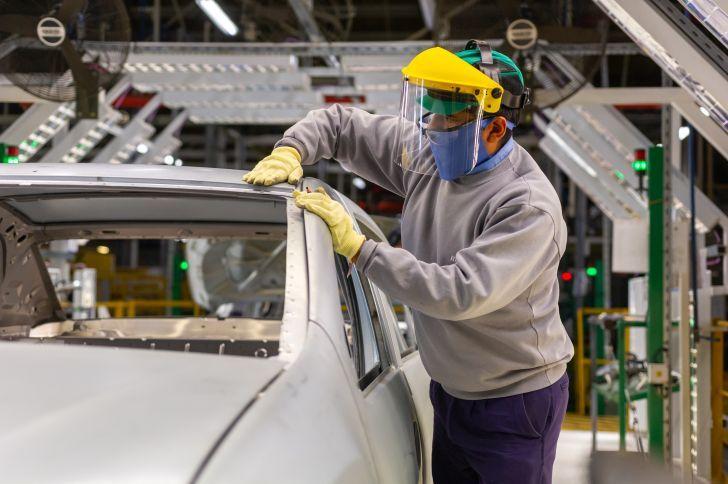 VERDE PARA PRODUCIR. Los industriales locales renuevan gestiones y reclamos para poder acceder a divisas para importar y no frenar el aparato productivo.