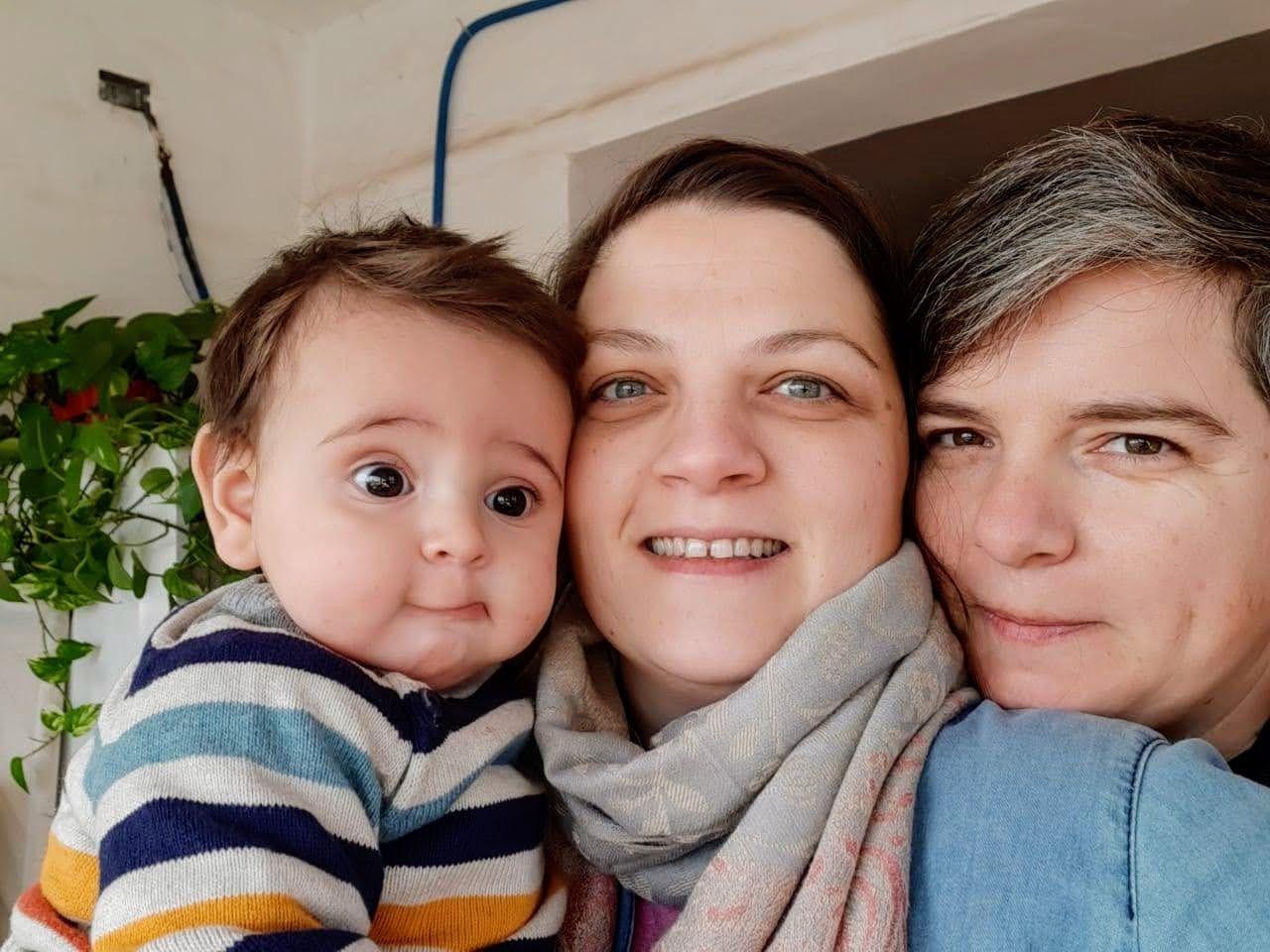 En familia. Pedro y sus mamás Verónica y Eugenia.