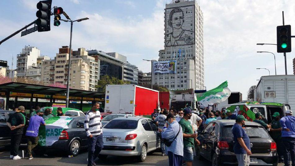 Sectores del peronismo convocados por los Moyano se concentran en la 9 de Julio por el 17 de octubre.