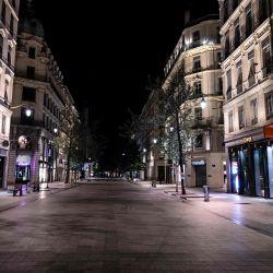 La fotografía muestra una calle desierta de la República en Lyon, cuando hay toque de queda para combatir la propagación del Covid-19. - Alrededor de 20 millones de personas en la región de París y otras ocho ciudades francesas se enfrentaban a un toque de queda de 9 pm a 6 am, después de que aumentaron los casos en lo que una vez más se ha convertido en uno de los principales puntos calientes de Europa.   Foto:JEFF PACHOUD / AFP