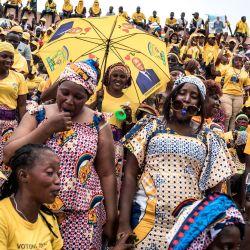 Los partidarios del actual presidente y candidato presidencial, Alpha Conde, cantan y bailan mientras esperan su llegada a un mitin de campaña en Conakry.   Foto:John Wessels / AFP
