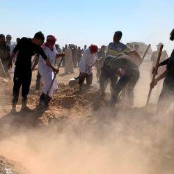 Los trabajadores del cementerio cavaron las tumbas de ocho de los 12 iraquíes musulmanes sunitas, que según los informes fueron secuestrados el 17 de octubre y luego algunos de ellos fueron encontrados muertos a tiros, en el área de Farhatiya de la región de Balad, ubicada a 70 kilómetros (alrededor de 45 millas) al norte de Bagdad en la provincia de Salaheddin.   Foto:AFP
