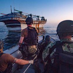 La tripulación del destructor USS Winston S. Churchill (DDG 81), operando bajo las Fuerzas Marítimas Combinadas (CMF), dirigiéndose a brindar asistencia a un buque de bandera iraní. buque de motor en peligro en las aguas del Golfo frente a Omán.   Foto:FUERZAS MARITIMAS COMBINADAS / AFP