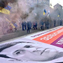 Cientos de clientes del banco comercial ucraniano Arkada se manifiestan en Kiev, para pedir la reanudación de la construcción de edificios residenciales en los que han invertido después de que la actividad del banco se congelara debido a un fraude financiero.   Foto:Sergei Supinsky / AFP