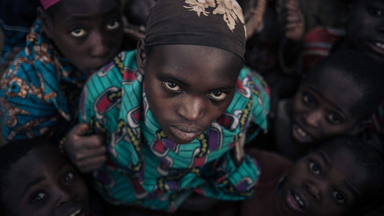 Niñas y niños desplazados de la comunidad de Bafuliru posan para una fotografía en el campamento de desplazados internos de Bijombo, provincia de Kivu del Sur, en el este de la República Democrática del Congo.   Foto:Alexis Huguet / AFP
