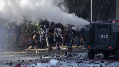 SANTIAGO DE CHILE. Al menos dos templos del centro de la capital sufrieron desmanes y fuegos intencionales, tras la manifestación con decenas de miles de personas para conmemorar la ola de protestas del año pasado.