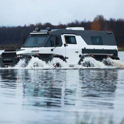 Otra de las grandes curiosidades del Avtoros Shaman 8x8 es su capacidad de moverse en el agua como si se tratara de un vehículo anfibio.