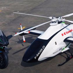 Este helicóptero no tripulado esta siendo desarrollado en junto entre Kawasaki Heavy Industries (KHI) y Aerospace Systems Company.