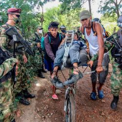Policías militares colombianos y soldados patrullan las  | Foto:Schneyder Mendoza / AFP